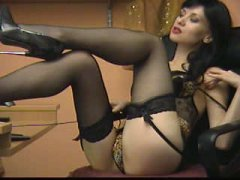 Sexy brünette Lady in Nylons und High-Heels